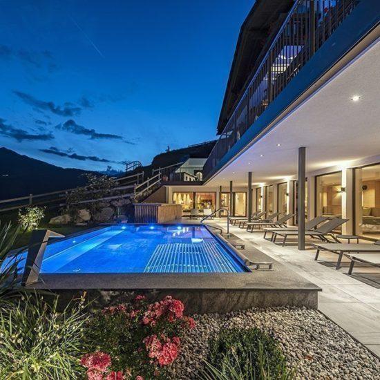 Piscina all'aperto nell'hotel benessere vicino a Bressanone